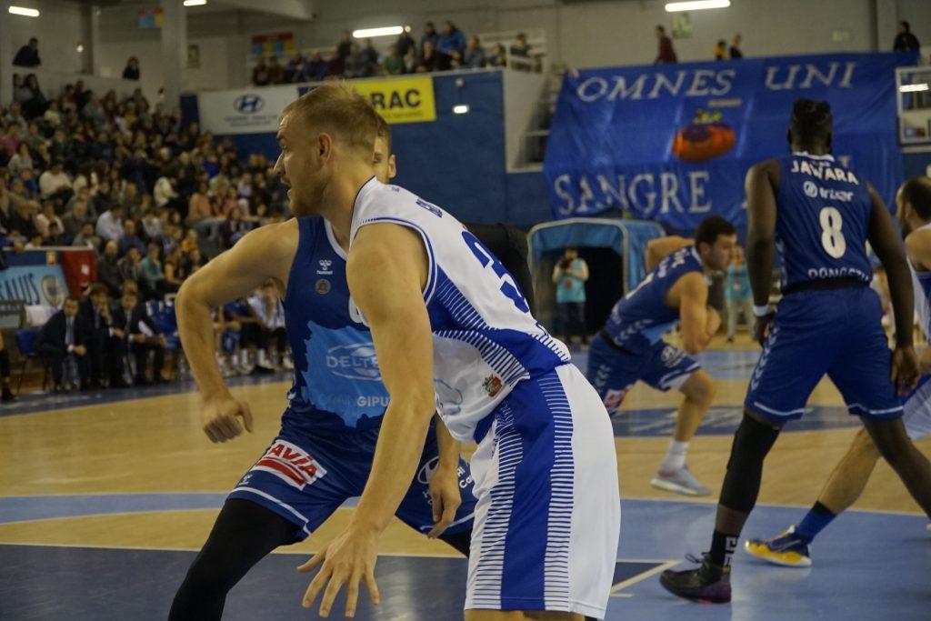 Lance del juego entre Afanion CB Almansa y Delteco Gipuzkoa Basket