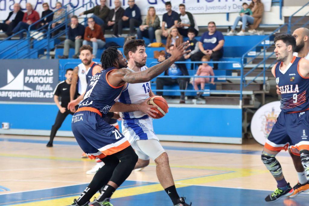 Nikola Cvetinovic entra a canasta en el partido entre Melilla Baloncesto y el Afanion CB Almansa