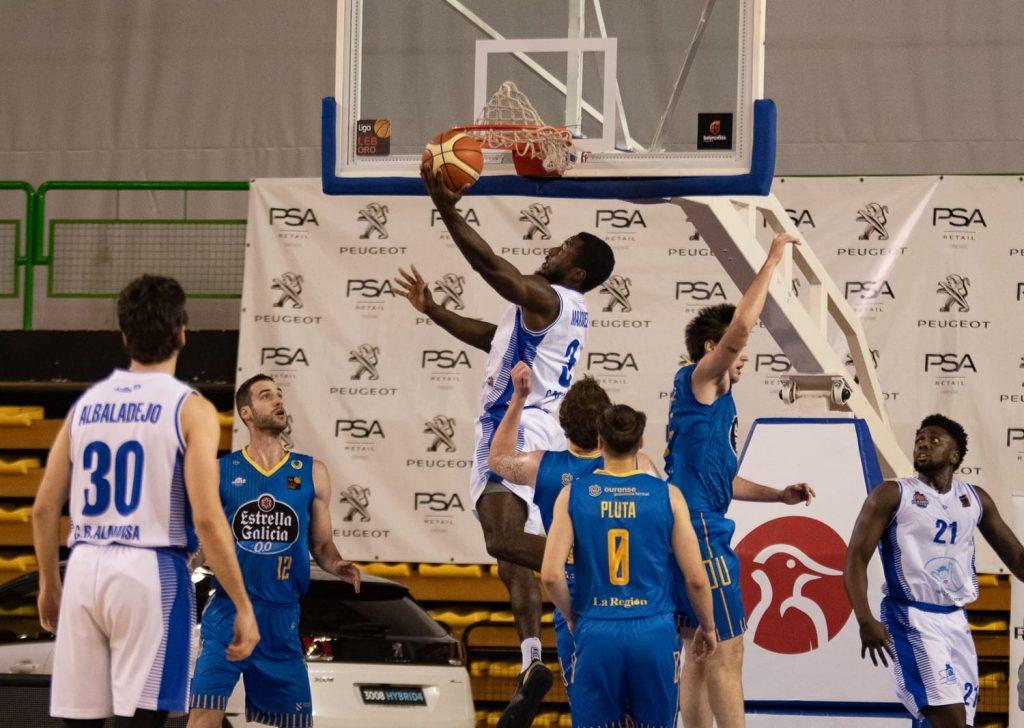 Stephen Maxwell encara la canasta del Club Ourense Baloncesto