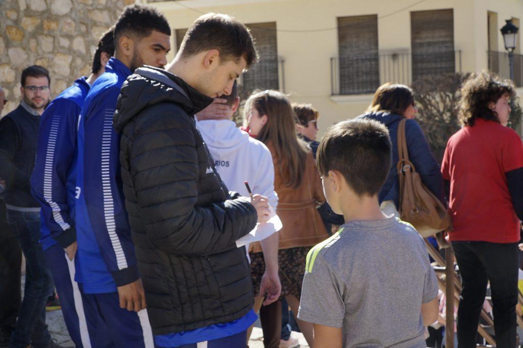 Gerard Blat, firmando un autógrafo a un joven aficionado