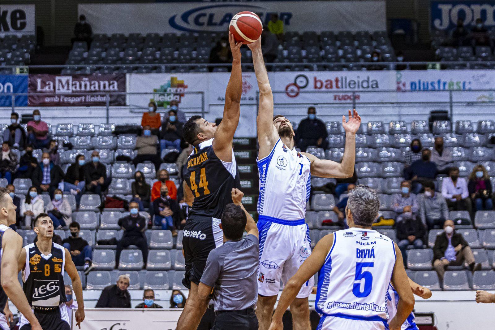 Buchanan y Bubalo en el salto inicial del ICG Força Lleida y CB Almansa con AFANION