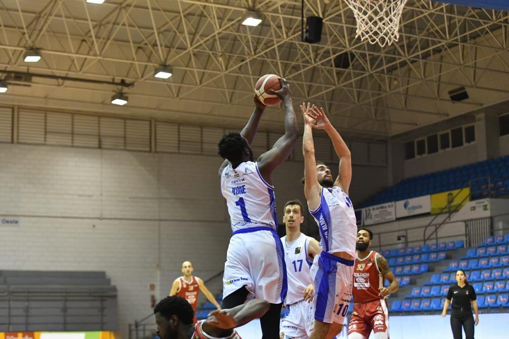 Moussa Konè captura uno de  sus 8 rebotes en el encuentro