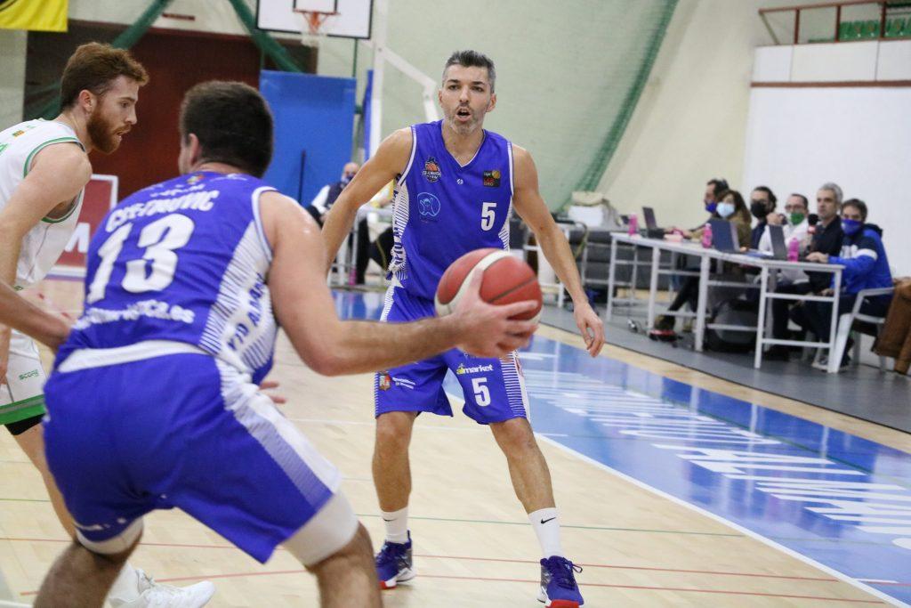 Cvetinovic juega de espaldas a canasta ante la atenta mirada de Bivià