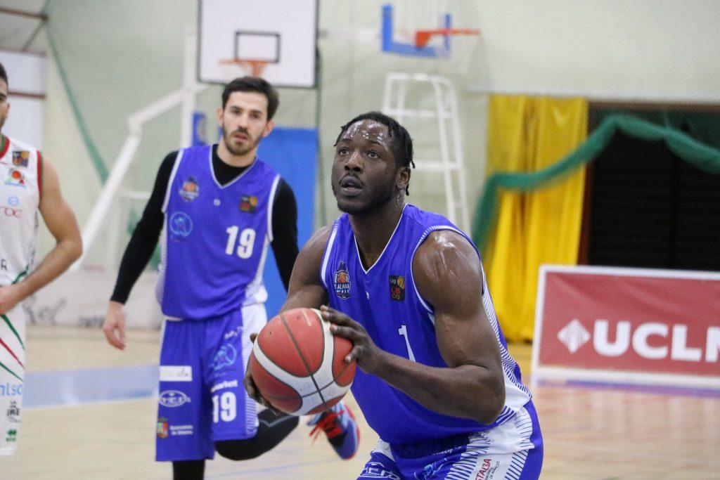 Moussa Konè dispuesto a lanzar un tiro libre