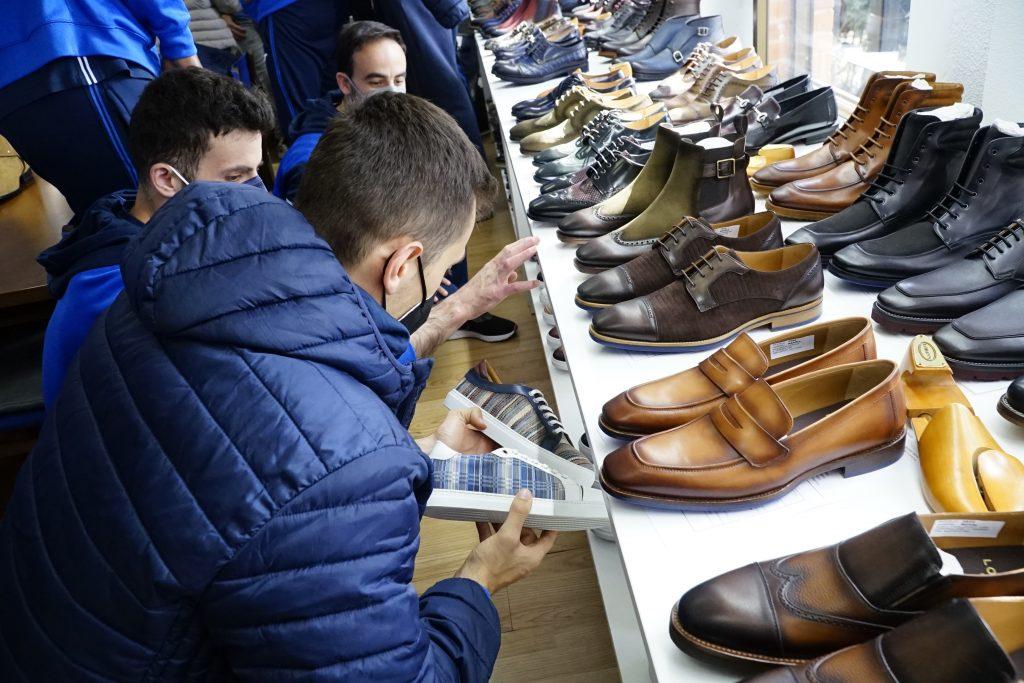 Los jugadores del CB Almansa, comprobando de primera mano la calidad del calzado de Lorens