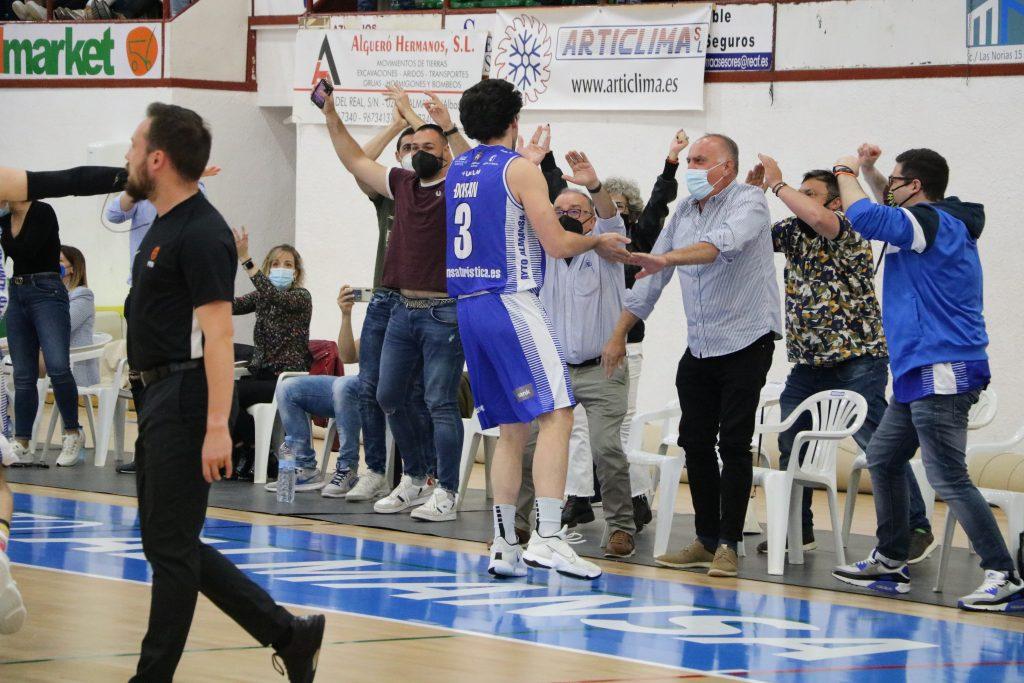 Filip Ðuran celebra con los aficionados su estratosférico triple Foto: CB Almansa / Rafael Navalón
