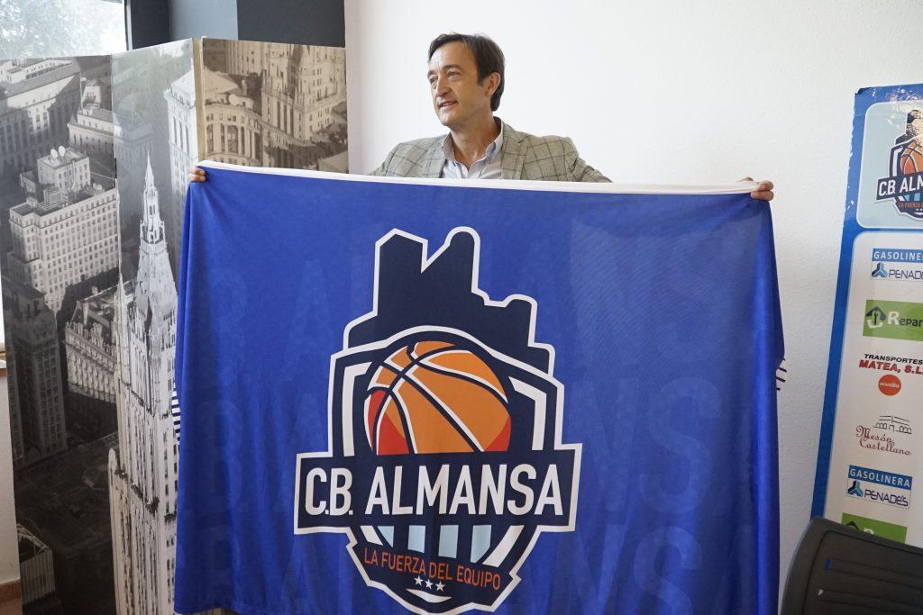 Joaquín Rodríguez posa con al bandera del CB Almansa