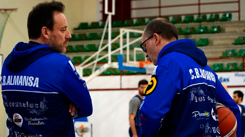 Sama y Tino Ugidos repiten como entrenadores ayudantes por tercera temporada consecutiva. Foto: CB Almansa / Alex Blanquer