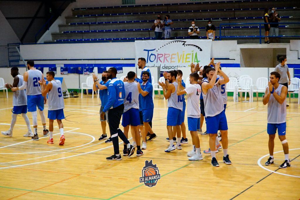 Los jugadores saludaron a los aficionados al término del choque. Foto: CB Almansa / Alex Blanquer