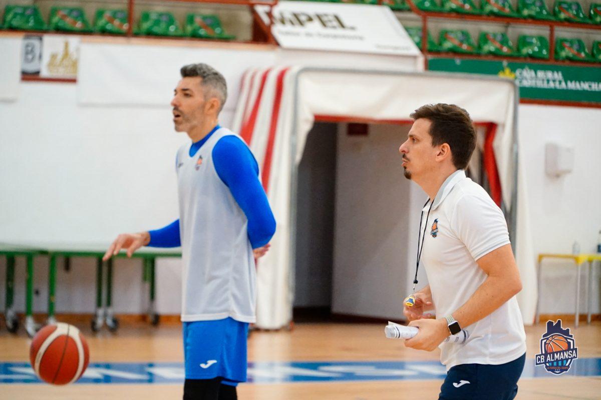 Rubén Perelló dirigiendo uno de los entrenamientos de la semana. Foto: CB Almansa / Alex Blanquer
