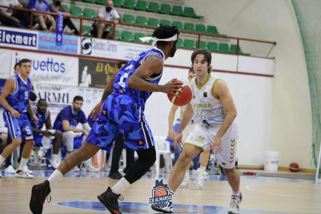 Jalen Nesbitt sube el balón ante Mikel Motos. Foto: CBA Almansa / Rafael Navalón.