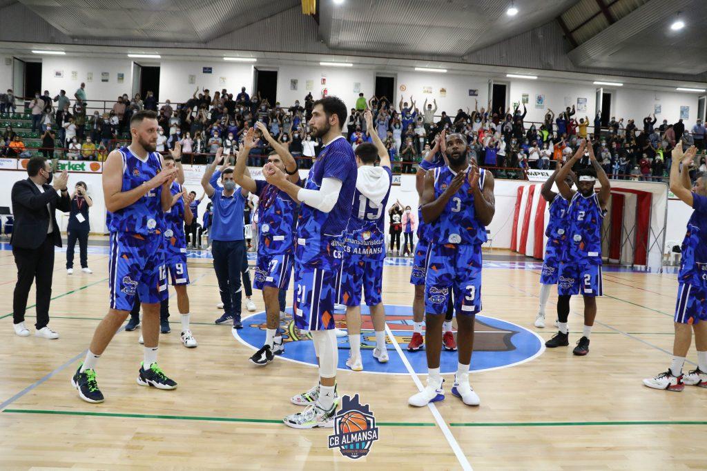 La Marea Azul volvió a obsequiar a su equipo con una ovación de gala al término del encuentro. Foto: CB Almansa / Rafael Navalón